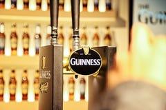 吉尼斯在quinness仓库啤酒厂的草稿柜台 免版税库存图片