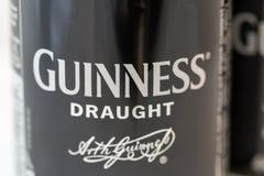 吉尼斯桶装啤酒能特写镜头反对白色 库存照片