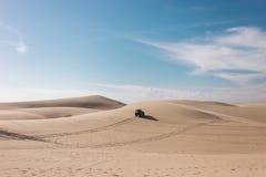 吉普在沙漠 库存照片