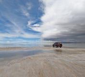 吉普在盐湖撒拉尔de uyuni,玻利维亚 库存照片