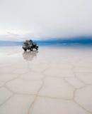 吉普在盐湖撒拉尔de uyuni 免版税库存图片