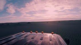 吉普屋顶上面在冒险远征时 股票录像