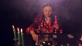 吉普赛占卜者在烛光奇迹的桌上在卡片 股票视频