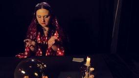 吉普赛占卜者在烛光奇迹的桌上在白色石头 股票录像