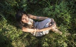 吉普赛女孩在森林里 免版税库存图片
