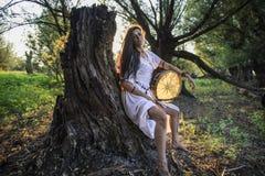 吉普赛妇女在森林打鼓的2里 库存图片