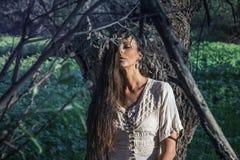吉普赛妇女在森林里 免版税库存照片