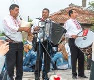 吉普赛民间音乐家音乐会Nestenar比赛的在保加利亚人村庄,保加利亚 库存图片