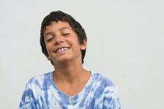 年轻吉普赛男孩滑稽的表示 库存图片