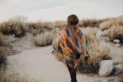 吉普赛神色的年轻行家旅客女孩 库存图片