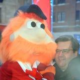 吉祥人Youppi!并且蒙特利尔的丹尼斯・科德尔市长 库存照片
