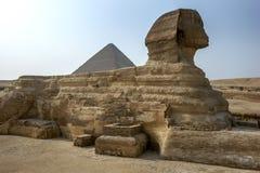 吉萨棉伟大的狮身人面象和胡夫金字塔位于吉萨棉高原开罗,埃及 免版税图库摄影