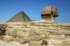 吉萨棉伟大的狮身人面象和胡夫金字塔位于吉萨棉高原开罗,埃及 免版税库存图片