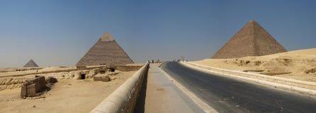 吉萨棉全景金字塔 免版税库存照片