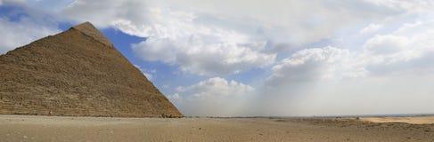 吉萨棉极大的全景金字塔 免版税库存图片