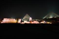 吉萨棉金字塔和狮身人面象、声音和光显示,开罗,埃及 库存图片
