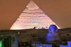 吉萨棉金字塔和狮身人面象光展示在晚上-开罗,埃及 免版税库存图片