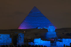 吉萨棉金字塔和狮身人面象光展示在晚上-开罗,埃及 库存图片