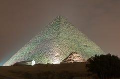 吉萨棉金字塔和狮身人面象光展示在晚上-开罗,埃及 图库摄影