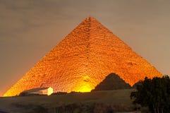 吉萨棉金字塔和狮身人面象光展示在晚上-开罗,埃及 免版税图库摄影