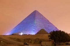 吉萨棉金字塔和狮身人面象光展示在晚上-开罗,埃及 库存照片
