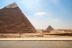 吉萨棉金字塔在埃及-两座金字塔在天空蔚蓝背景的开罗 库存图片