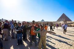 吉萨棉金字塔的欢呼的孩子  免版税图库摄影