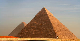吉萨棉高原的伟大的金字塔在黄昏的 库存照片