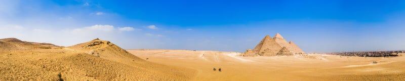 吉萨棉,埃及伟大的金字塔的全景  免版税库存照片