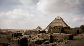 吉萨棉,埃及金字塔有云彩的 库存图片