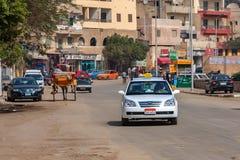 吉萨棉,埃及- 2010年2月:城市街道在晴天 库存照片
