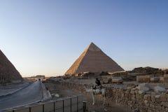 吉萨棉,开罗,埃及- 2006年12月23日:近骆驼的警察 图库摄影