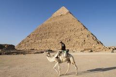 吉萨棉,开罗,埃及- 2006年12月23日:近骆驼的警察 库存照片