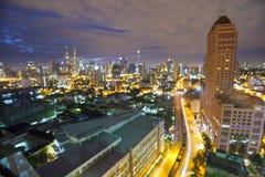 吉隆坡与发光的backgro的市scape的模糊的图象 免版税库存照片