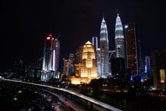 吉隆坡在夜视图的市中心地平线 库存图片