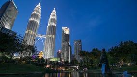 吉隆坡在蓝色小时日落期间的市中心 库存照片