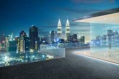 吉隆坡地平线在晚上有阳台视图 库存照片