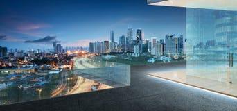 吉隆坡地平线在晚上有阳台视图 免版税库存照片