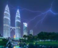 吉隆坡夜视图有雷电的 库存图片