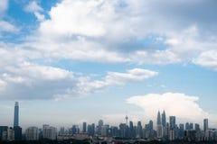 吉隆坡市地平线的黑白图象在平衡的阳光下 库存照片