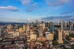 吉隆坡,马来西亚,大约2015年4月-在市的一个蓝天下午吉隆坡 从一大角度overloo拍的照片 免版税库存照片