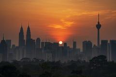 吉隆坡,马来西亚-大约2018年2月:吉隆坡在朦胧的日出期间的市地平线 免版税库存图片