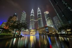 吉隆坡,马来西亚- 2017年12月12日:双峰塔在吉隆坡在晚上为圣诞节打开了 免版税库存照片
