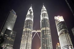 吉隆坡,马来西亚- 2017年11月3日:双峰塔天空桥梁在晚上 库存照片