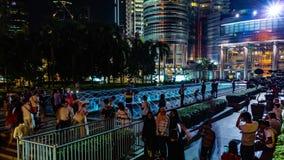 吉隆坡,马来西亚- 2018年5月15日:喷泉在与人的晚上在天然碱双塔4K附近 股票视频