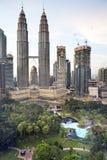 吉隆坡,马来西亚2016年10月13日:在公园的顶视图街市和天然碱的耸立 库存图片