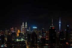 吉隆坡,马来西亚- 2019年2月27日:对地平线的看法与从无限水池的双子楼在晚上 库存照片