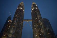 吉隆坡,马来西亚- 2017年11月3日:KLCC塔在晚上 免版税图库摄影