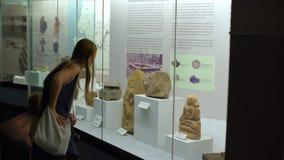 吉隆坡,马来西亚- 5月 1个母亲和儿子在国家历史博物馆观看历史博览会 影视素材