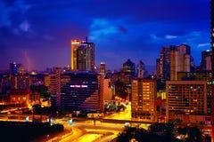 吉隆坡,马来西亚- 2015年3月26日,平衡都市风景在警察大厦附近在风雨如磐的天空 库存图片